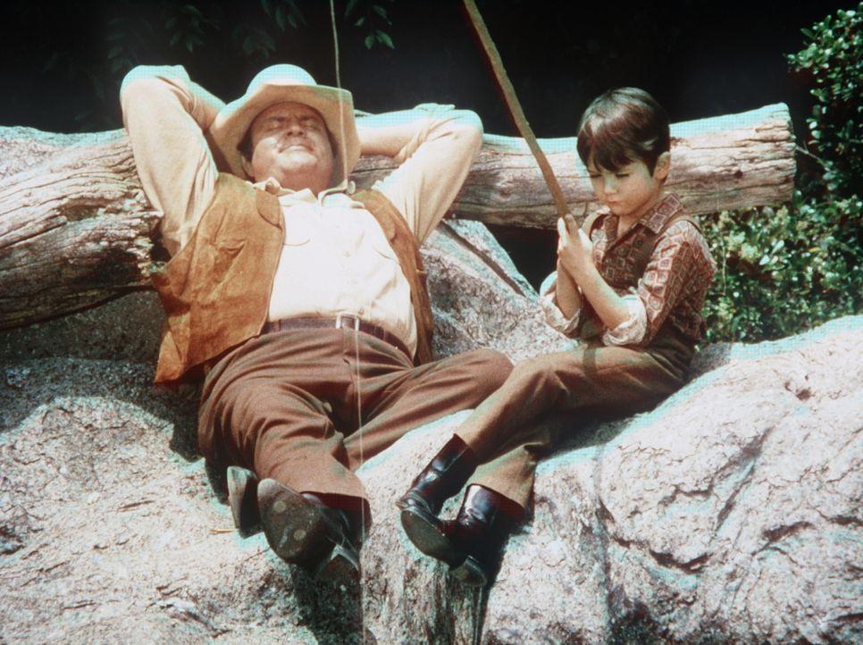 Hoss Cartwright (Dan Blocker, l.) kümmert sich rührend um den von seiner Mutter zurückgelassenen Petey (Johnny Lee, r.). - Bildquelle: Paramount Pictures