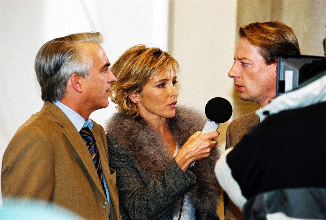 Die Reporterin (Gundis Zambo, M.) interviewt Vanderheiden (Luc Veit, r.) und Felix (Christoph M. Ohrt, l.). - Bildquelle: Hardy Spitz Sat.1