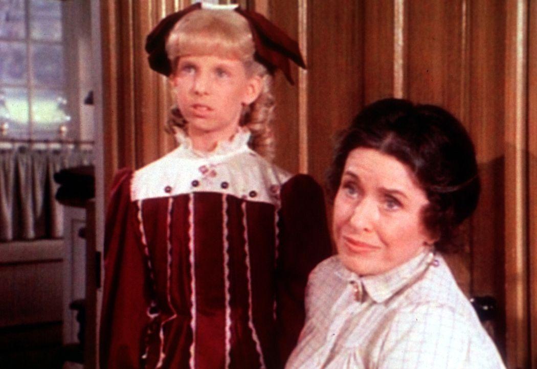 Nancy (Allison Balson, l.) kann tun, was sie will. Ihre Adoptivmutter Mrs. Oleson (Katherine MacGregor, r.) verteidigt sie in jedem Fall. - Bildquelle: Worldvision