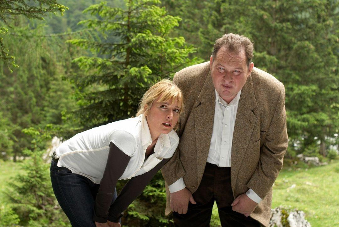Benno (Ottfried Fischer, r.) und Nadine (Katharina Abt, l.) beobachten aus der Distanz die Jäger, die alle in Jagdkleidung mit Gewehr durch die Berg... - Bildquelle: Walter Wehner Sat.1