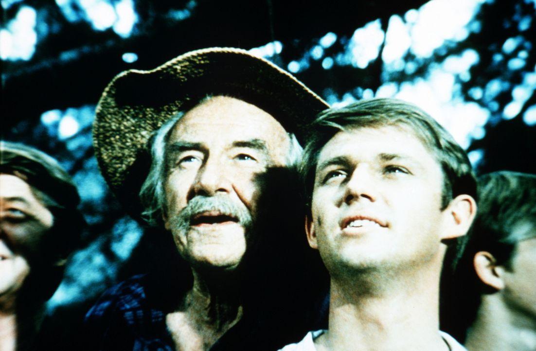 Ein Fremder kommt in die Stadt und will Ep Bridges bei der nächsten Wahl zum Sheriff Konkurrenz machen. Sam (Will Geer, l.) und John-Boy Walton (Ric... - Bildquelle: WARNER BROS. INTERNATIONAL TELEVISION