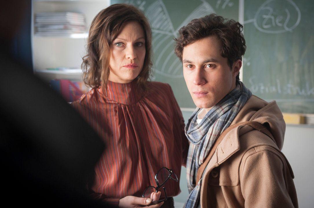 Haben Simon (Ludwig Trepte, r.) und seine Mutter Ursula Hertel (Nina Kronjäger, l.) etwas mit dem Tod von Anja zu tun? - Bildquelle: Martin Rottenkolber SAT.1