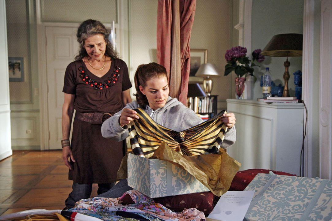 Lili (Grischa Huber, l.) und Katrina (Yvonne Catterfeld, r.) sind gleichermaßen begeistert von dem Kleid, das Katrina zugeschickt wurde. - Bildquelle: Georg Pauly Sat.1
