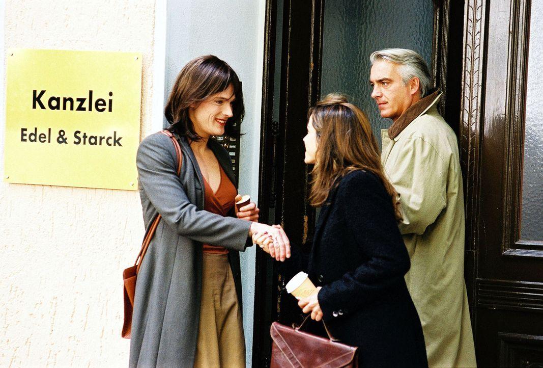 Sandra (Rebecca Immanuel, M.) und Felix (Christoph M. Ohrt, r.) treffen vor der Kanzlei auf Oliver Sebold (Andreas Pietschmann, l.). Der Transsexuel... - Bildquelle: Hardy Spitz Sat.1