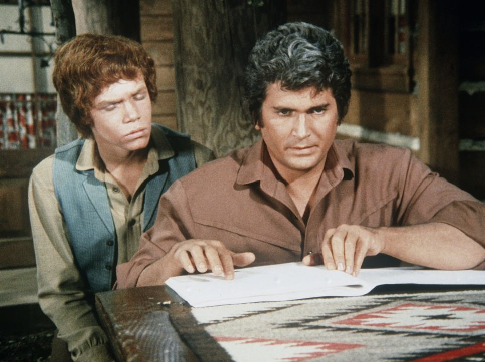 Jamie (Mitch Vogel, l.) beobachtet Little Joe (Michael Landon, r.) beim Erlernen der Blindenschrift. - Bildquelle: Paramount Pictures