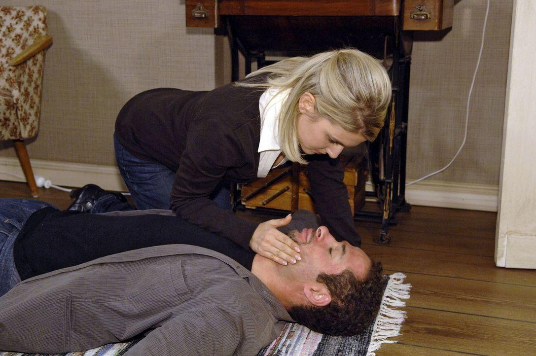 Anna (Jeanette Biedermann, l.) ist entsetzt, als Jannick (Mike Adler, r.) mit stark geschwollenem Gesicht vor ihr zusammenbricht ... - Bildquelle: Claudius Pflug Sat.1