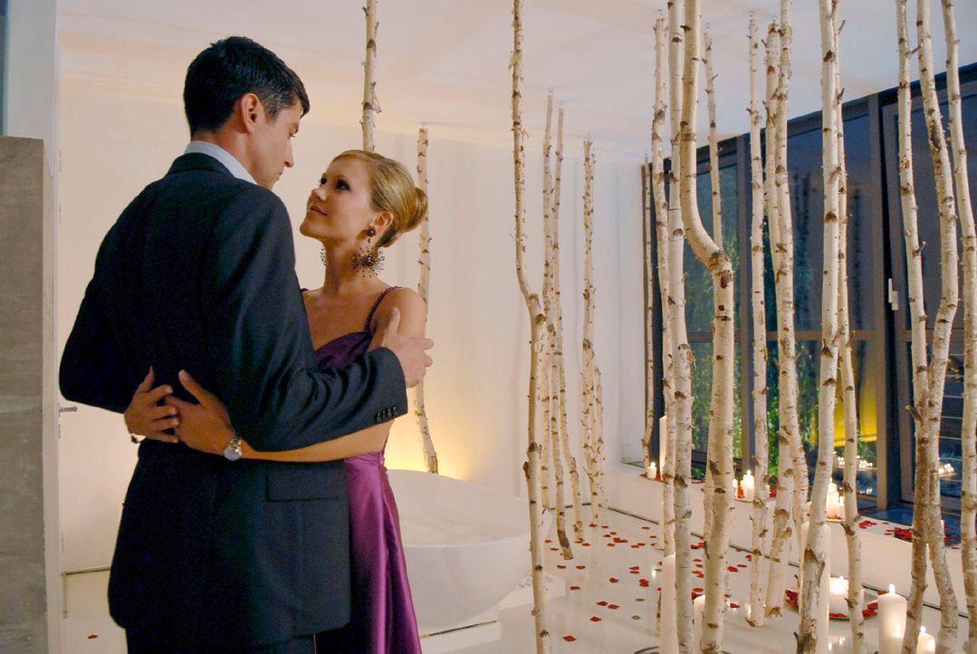 Die richtige Atmosphäre für einen Heiratsantrag: Frederik (Oliver Bootz, l.) hat für Jackie (Wolke Hegenbarth, r.) unzählige Kerzen im Badezimmer an... - Bildquelle: M. Krumwiede Sat.1