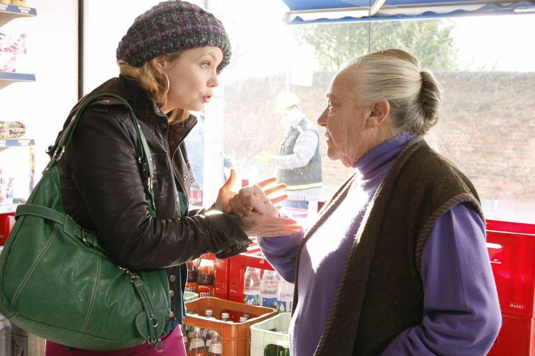 Danni (Annette Frier, l.) hat es mit ihrer egoistischen Mandantin Uta Schwartz (Barbara Morawiecz, r.) nicht leicht, die um ihr Kiosk kämpft ... - Bildquelle: Frank Dicks SAT.1