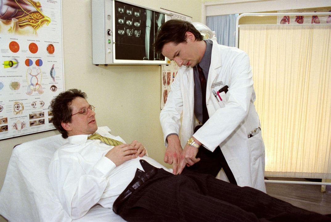 Dr. Meier-Liszt (David C. Bunners, r.) untersucht Harald Nexler (Stefan Reck, l.). Der Patient möchte auf keinen Fall, dass seine Freundin von seine... - Bildquelle: Noreen Flynn Sat.1