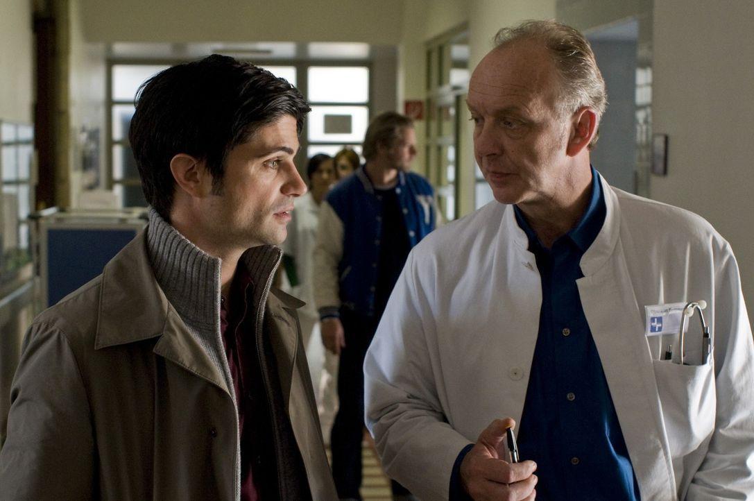 Während Mick restlos davon überzeugt ist, dass der Chefarzt (Christian Tasche, r.) ein verkappter Mörder ist, sucht Andreas (Maximilian Grill, l.) d... - Bildquelle: Martin Rottenkolber SAT.1
