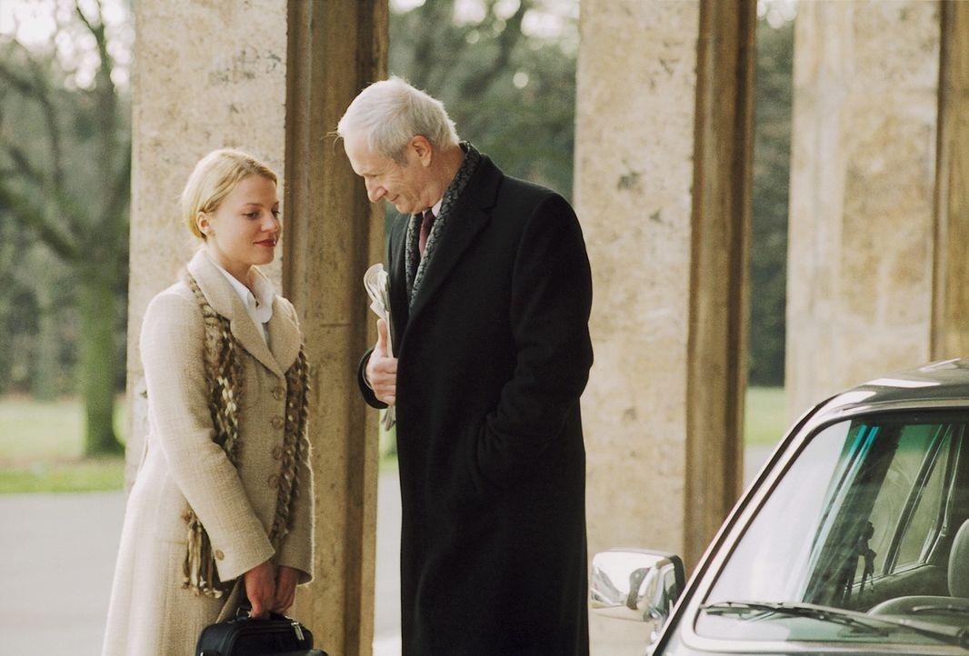 Seit dem Auftauchen ihres angeblich verstorbenen Vaters gerät Nika (Maria Simon, l.) bei ihrem Chef und Schwiegervater in spe, Bankdirektor von Seck... - Bildquelle: Krause-Burberg ProSieben
