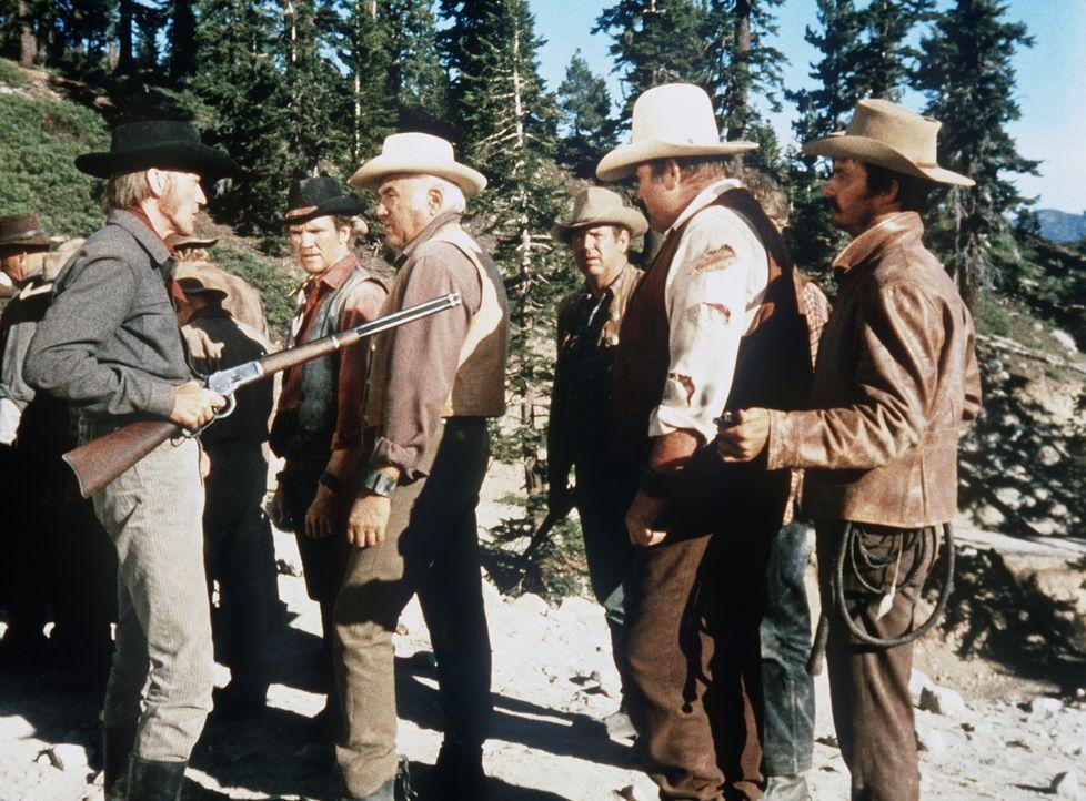 Nachdem Little Joe die Flucht aus dem Sklavenlager gelungen ist, will Hatch (Luke Askew, l.) Candy (David Canary, 2.v.l.), Ben (Lorne Greene, 3.v.l.... - Bildquelle: Paramount Pictures