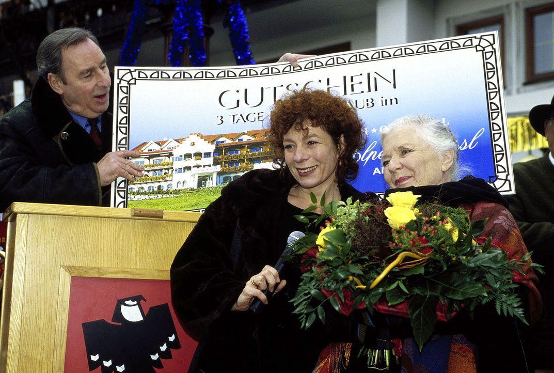 Resi (Ruth Drexel, r.) hat bei einer Tombola gewonnen. Hermann Keusch (Henry van Lyck, l.) und Clara Sailinger (Nina Hoger, M.) übergeben den Hauptp... - Bildquelle: Magdalena Mate Sat.1