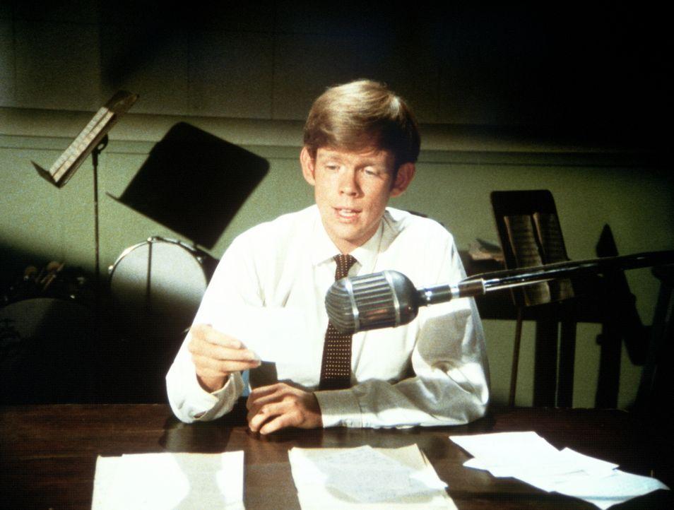 Jason (Jon Walmsley) versucht sich als Radio-Berater für alle Lebensfragen ... - Bildquelle: WARNER BROS. INTERNATIONAL TELEVISION
