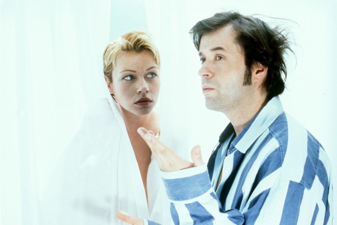 Nina (Jennifer Nitsch, l.) muss sich das Bad in der WG außer mit Guido (Jan Josef Liefers, r.) noch mit zwei anderen Männern teilen, was oftmals zu... - Bildquelle: Christian Rieger/Klick ProSieben