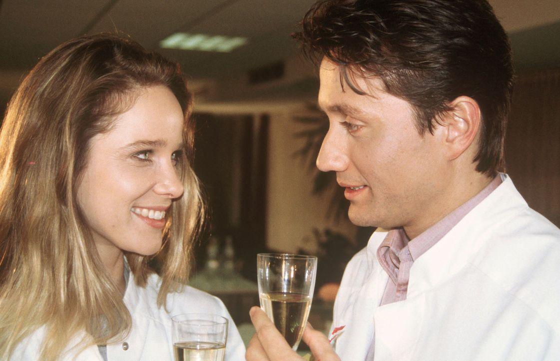 Während einer kleinen Feier anlässlich seiner Ernennung zum Chefarzt flirtet die attraktive Schwester Anna (Ann Kathrin Kramer, l.) ungehemmt mit Dr... - Bildquelle: Janis Jatagandzidis Sat.1