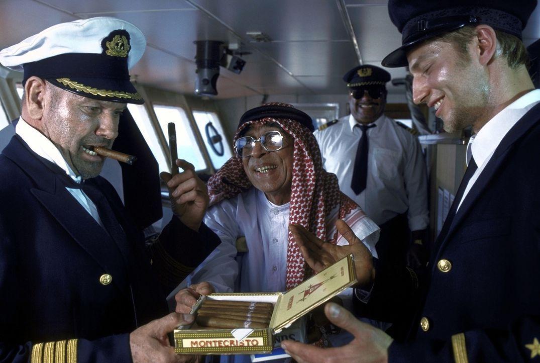 Gauner sind sie alle: In Dubai angekommen, müssen Jonathan (Klaus Löwitsch, l.) und Sven (Igor Jeftic, r.) den Hafenmeister (Ramin Yazdani, M.) mit... - Bildquelle: Pfeiffer ProSieben
