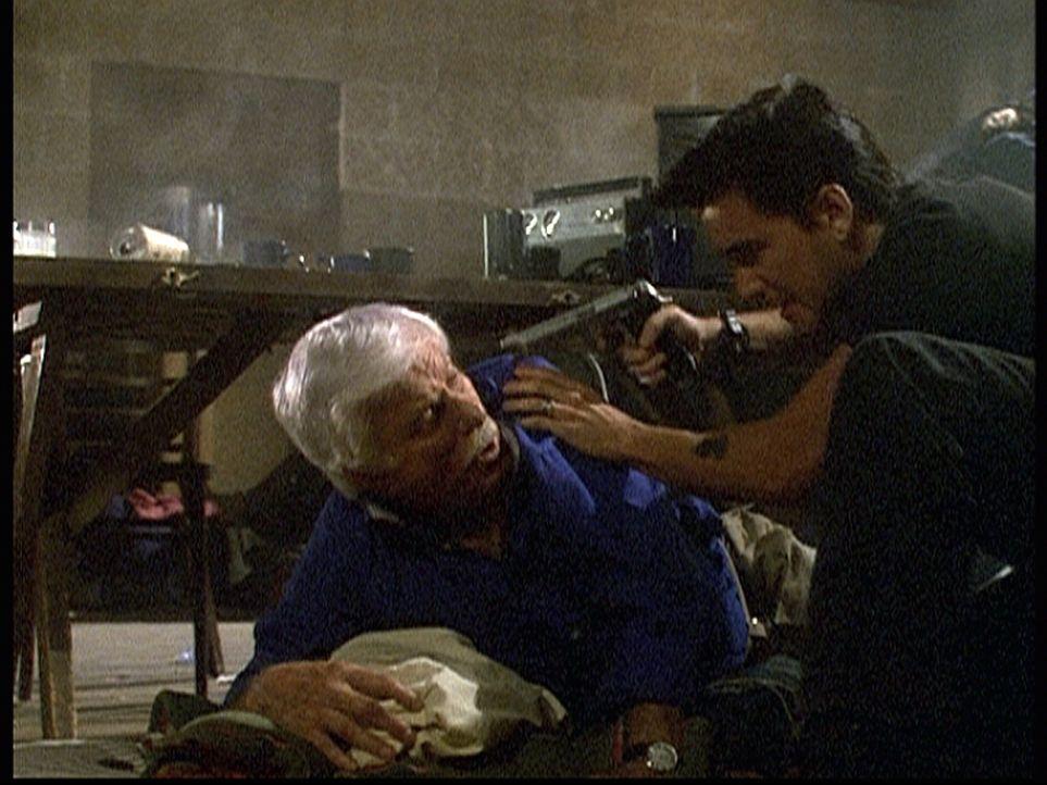 Dr. Mark Sloan (Dick Van Dyke, l.) wird von Ving, dem Anführer der Terroristen, bedroht, weil er nicht bereit ist, seinen Befehlen Folge zu leisten... - Bildquelle: Viacom