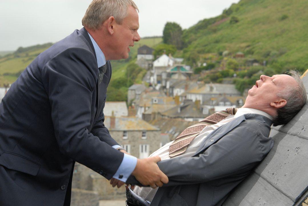 Als der verwirrte alte Hausmeister (Brian Pettifer, r.) auf das Schuldach klettert, kann nur noch Doc Martin (Martin Clunes, l.) ihn retten, denn er... - Bildquelle: BUFFALO PICTURES/ITV
