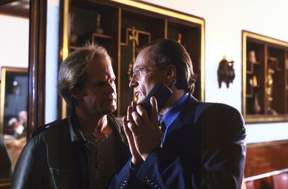 Dr. Maas (Dietrich Mattausch, r.) lässt es sich nicht nehmen, mit Gilbert Mosch (Guntbert Warns, l.) nach Frankreich zu fahren ... - Bildquelle: Hans-Joachim Pfeiffer ProSieben