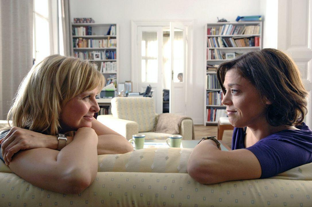 Nika (Katharina Böhm, l.) schüttet ihrer Freundin Barbara (Dominique Chiout, r.) ihr Herz aus ... - Bildquelle: Claudius Pflug Sat.1