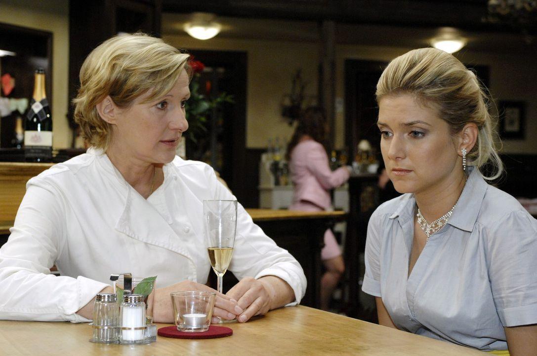 Anna (Jeanette Biedermann, r.) ist wie vor den Kopf geschlagen, als sie von ihrer Mutter Susanne (Heike Jonca, l.) erfährt, dass sie wieder heiraten... - Bildquelle: Oliver Ziebe Sat.1