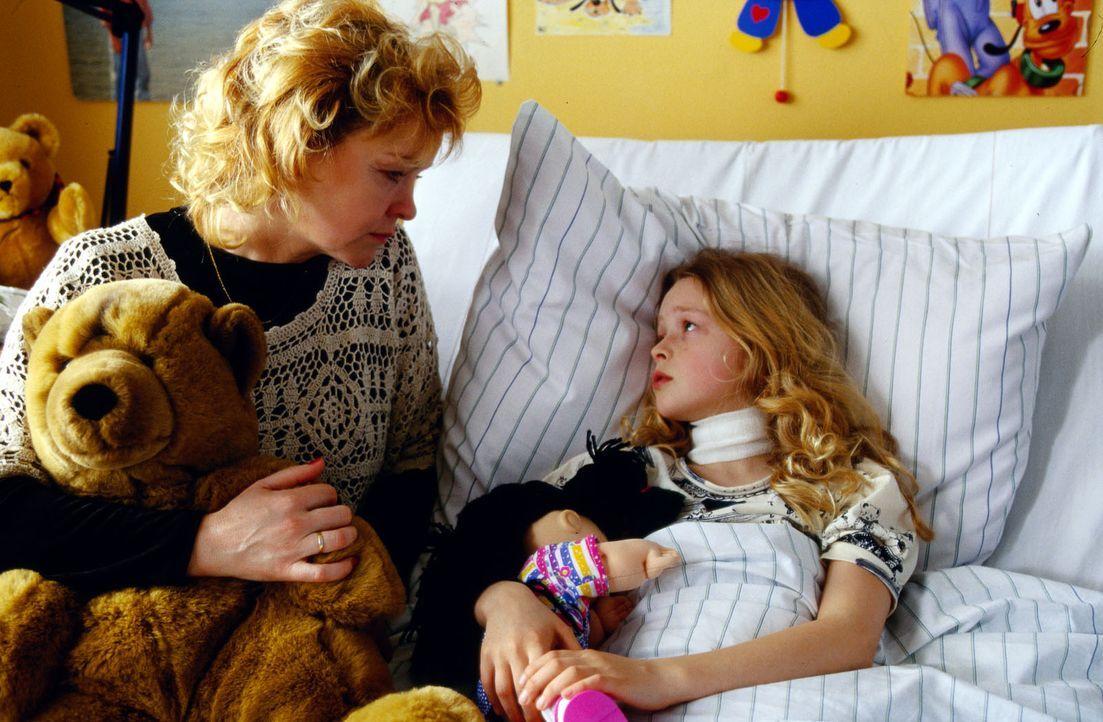 Die kleine Clara (Mandy-Marie Mahrenholz, r.) hat einen Abszess an der Luftröhre und große Angst vor Ärzten. Da trifft es sich schlecht, dass ihre M... - Bildquelle: Krajewsky Sat.1