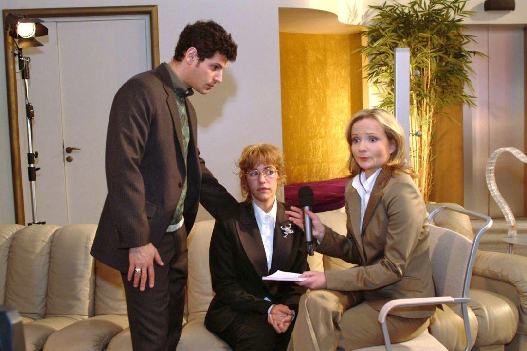 Lisa (Alexandra Neldel, M.) ist verwirrt, als Rokko (Manuel Cortez, l.) das Interview mit der TV-Journalistin Karen Stemmler (Cathlen Gawlich, r.) a... - Bildquelle: Monika Schürle Sat.1