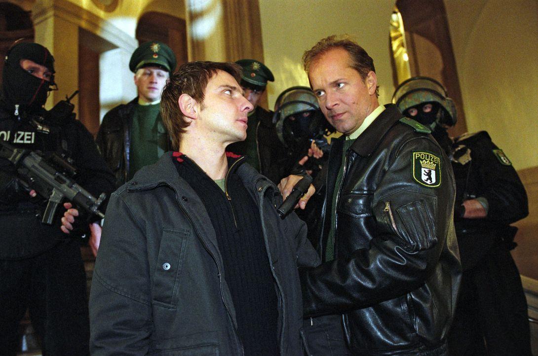 Einen Tag nach seiner Entlassung aus dem Gefängnis nimmt Jens Schäfer (Jochen Horst, r.) Tom (Steven Merting, M.) als Geisel, um zu erreichen, dass... - Bildquelle: Claudius Pflug Sat.1