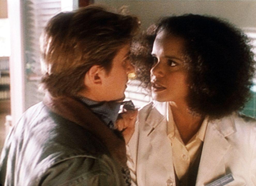 Jesse (Charlie Schlatter, l.) sucht Rat bei Amanda (Victoria Rowell, r.). Sie hat jedoch im Moment für seinen Liebeskummer kein offenes Ohr. - Bildquelle: Viacom