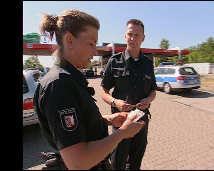 Die Autobahn-Polizisten der A7 beim Check der Daten eines Rasers. - Bildquelle: Sat.1