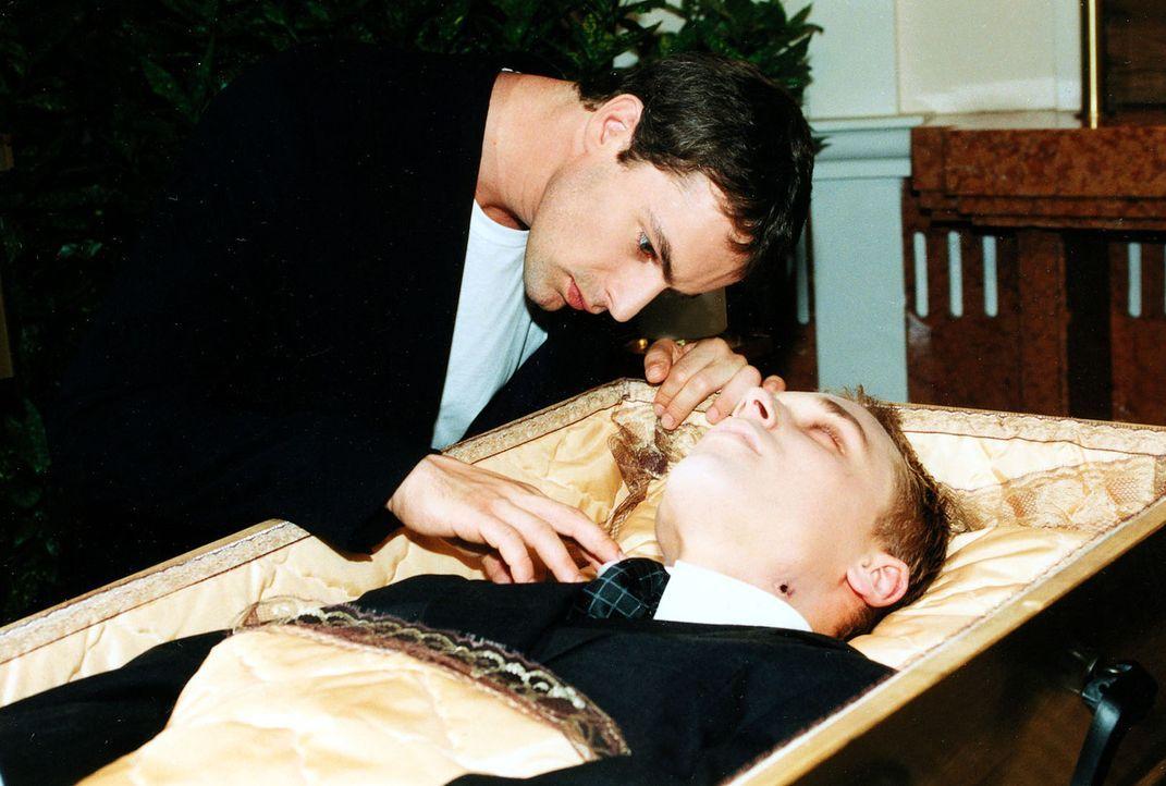 Bei der Beerdigung untersucht Kommissar Brandtner (Gedeon Burkhard, l.) die Bisswunden an der Leiche ... - Bildquelle: Ali Schafler Sat.1