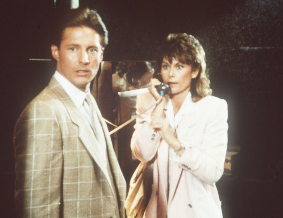 Amanda (Kate Jackson, r.) und Lee (Bruce Boxleitner, l.) versuchen alles, um den Raub von einer Milliarde Dollar noch zu vereiteln ...