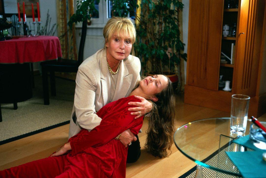 Barbara Gattmann (Diana Körner, l.) hält verzweifelt ihre Tochter Isabell (Lara Joy Körner, r.) in den Armen, die sich das Leben nehmen will. - Bildquelle: Noreen Flynn Sat.1