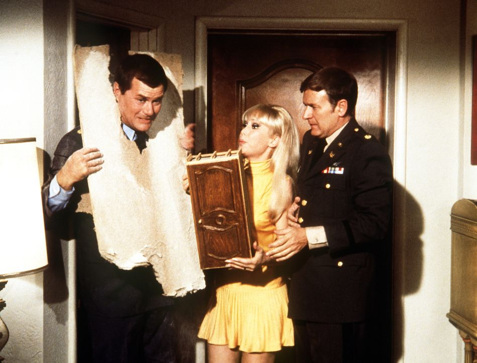 Tony (Larry Hagman, l.), Jeannie (Barbara Eden, M.) und Roger (Bill Daily, r.) haben endlich Jeannies böse Schwester in einen Schrank sperren können... - Bildquelle: Columbia Pictures
