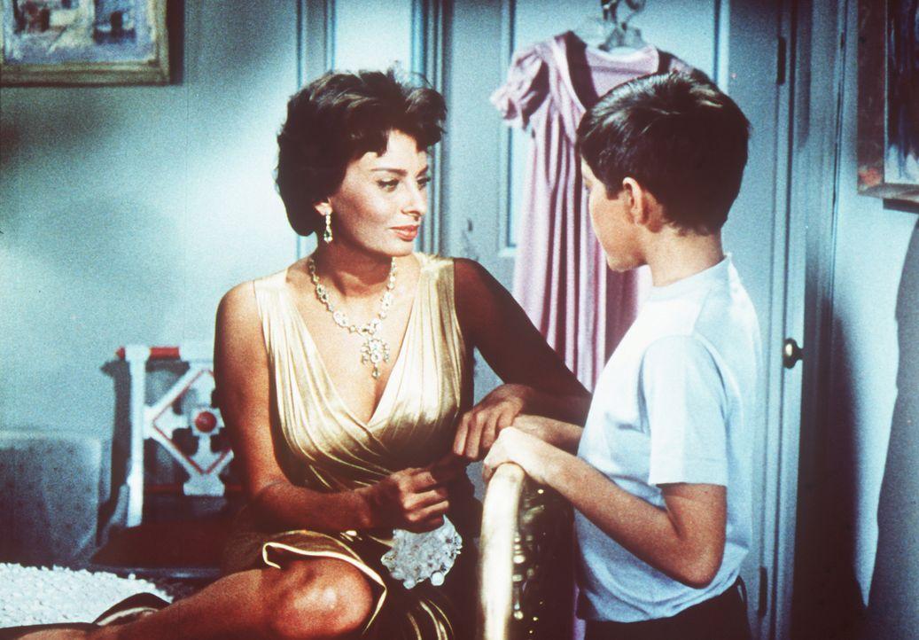 Cinzia (Sophia Loren, l.), die Haushälterin der Familie Winston, kümmert sich rührend um den kleinen David (Paul Peterson, r.), der nicht besonders... - Bildquelle: Paramount Pictures