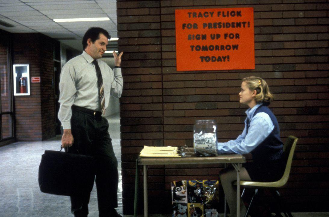 High-School-Lehrer Jim McAllister (Matthew Broderick, l.) will verhindern, dass die überehrgeizige Streberin Tracy Flick (Reese Witherspoon, r.) zur... - Bildquelle: TM &   1999 BY PARAMOUNT PICTURES. ALL RIGHTS RESERVED.