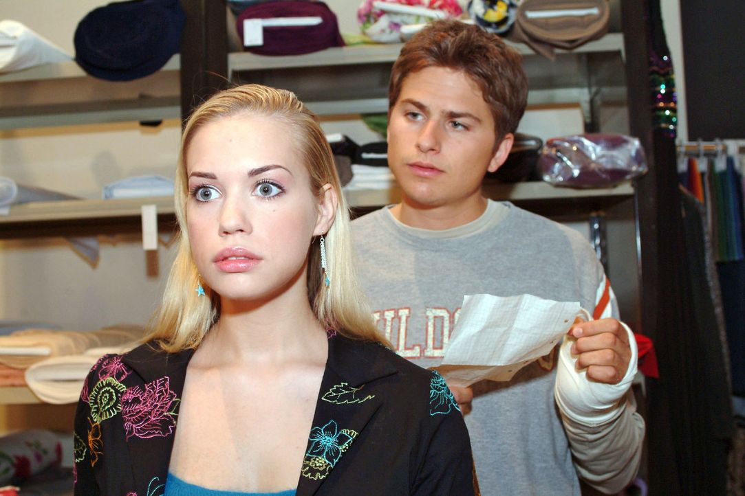 Kim (Lara-Isabelle Rentinck, l.) nimmt verletzt Timos (Matthias Dietrich, r.) Regeln für die Beziehungspause zur Kenntnis. - Bildquelle: Monika Schürle Sat.1