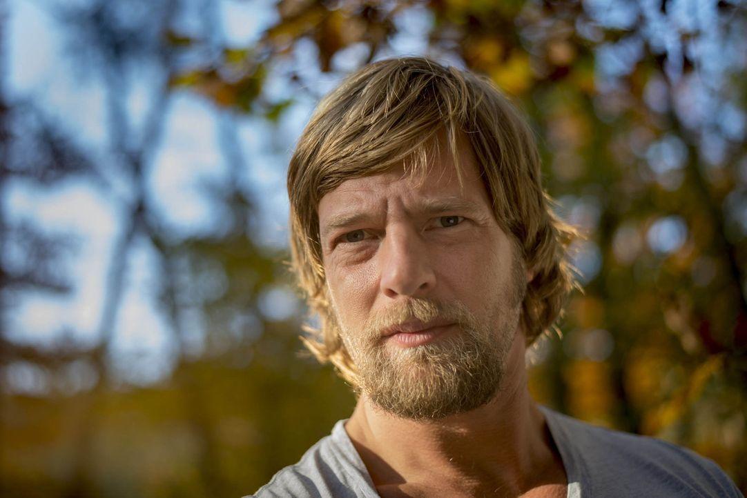 """(4. Staffel) - Erst nach langem """"Schmollen"""" begreift Mick (Henning Baum), dass er nur an """"seinem"""" Fall ermitteln kann, wenn er ins Polizeipräsidium... - Bildquelle: Martin Rottenkolber SAT. 1"""