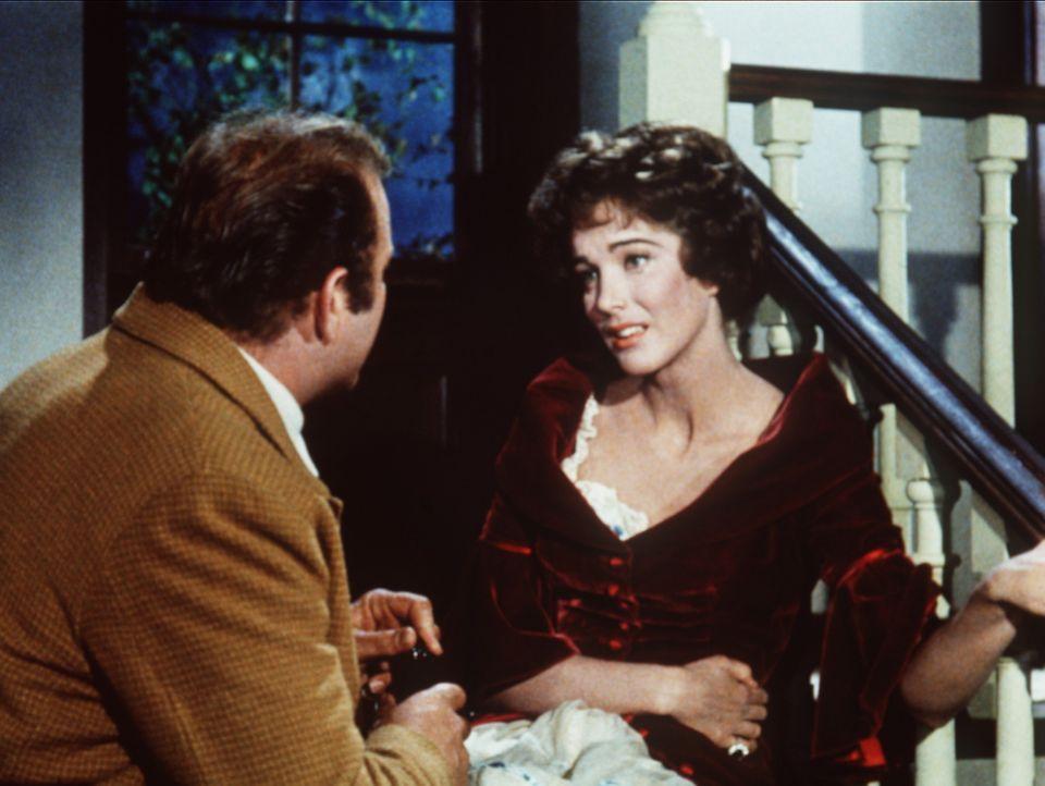 Auf Wunsch seines Vaters ist Hoss Cartwright (Dan Blocker, l.) nach Sacramento gereist, um der befreundeten Witwe Helen Layton (Julie Adams, r.) zu... - Bildquelle: Paramount Pictures