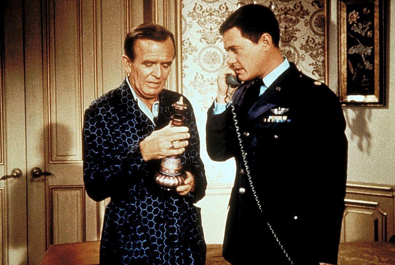 Roger (Bill Daily, l.) und Tony (Larry Hagman, r.) telefonieren hinter Jeannie her. - Bildquelle: Columbia Pictures