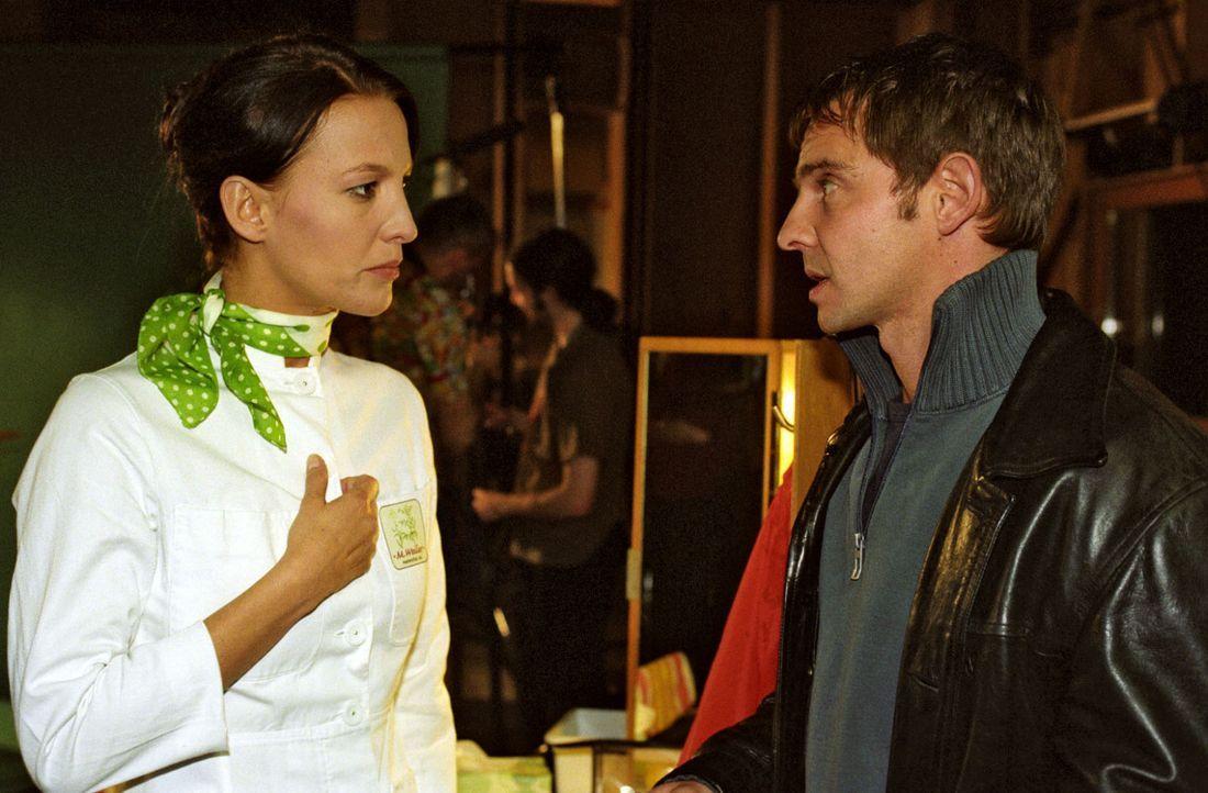 Die Schauspielerin Karin Schlender (Niki Greb, l.) bestreitet Tom (Steven Merting, r.) gegenüber, eine Affäre mit Johann Bischoff gehabt zu haben. - Bildquelle: Claudius Pflug Sat.1