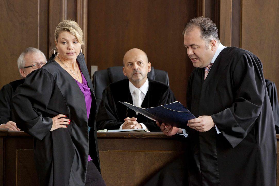 Danni (Annette Frier, l.) wäre nicht Danni, wenn sie keinen Trumph im Ärmel hätte. Richter Biskup (Bernardus Manders, M.) und Anwalt Dibbel (Timo Di... - Bildquelle: Frank Dicks SAT.1