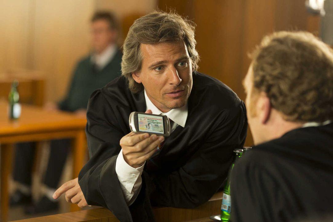 Während Danni vor Gericht gegen Staatsanwalt August von Grün (René Steinke) antreten muss, Hat Kurt die Faxen dicke und fordert 100 prozentige Mietm... - Bildquelle: Frank Dicks SAT.1