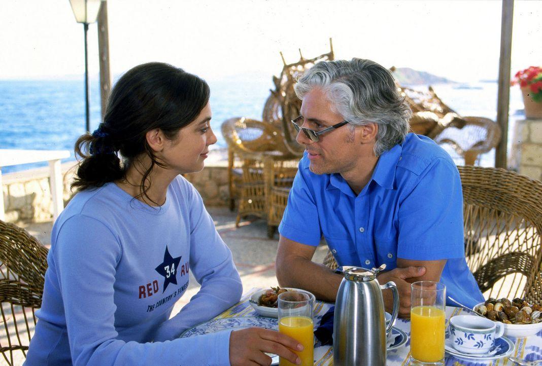 Luise (Julia Richter, l.) fällt es schwer, zu dem verheirateten Max (Philipp Brenninkmeyer, r.) den nötigen Abstand zu wahren ... - Bildquelle: Frank Hempel Sat.1