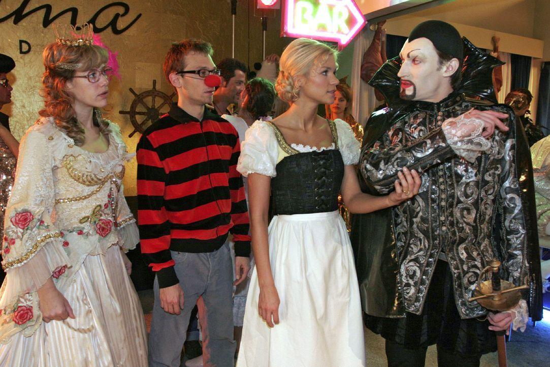 """""""Prinzessin"""" Lisa (Alexandra Neldel, l.) und Jürgen (Oliver Bokern, 2.v.l.) werden Zeugen, wie Richard (Karim Köster, r.) seinen Frust an """"Gretchen""""... - Bildquelle: Monika Schürle Sat.1"""