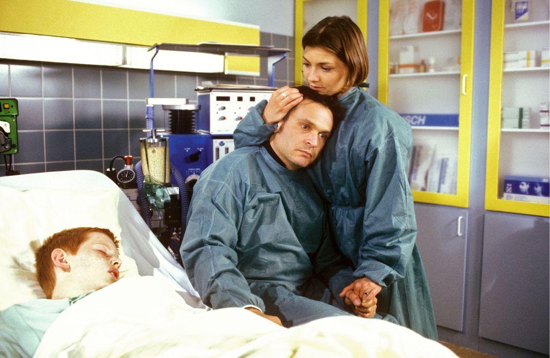 Die ganze Nacht wachen Marc (Jockel Tschiersch, M.) und Stephanie (Claudia Schmutzler, r.) am Bett von Thommy (Max Riedel, l.). Niemand weiß, ob de... - Bildquelle: Noreen Flynn Sat.1