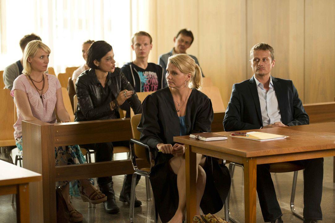 Danni (Annette Frier, 2.v.r.) hat einen neuen Mandanten, Lutz Wilke (Roman Knizka, r.), der zwei Frauen Anja (Winnie Böwe, l.) und Michelle (Jasmin... - Bildquelle: Frank Dicks SAT.1