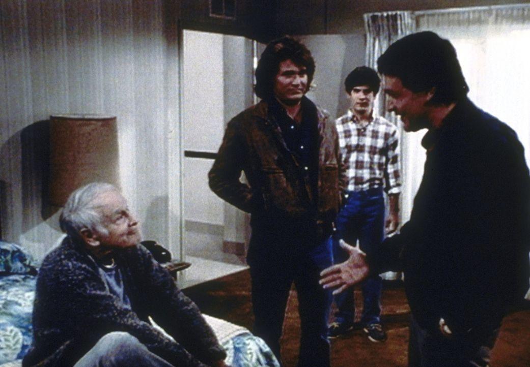 Jim (Michael Durrell, r.) besucht mit Jonathan (Michael Landon, 2.v.l.) und Matt (Matthew Laborteaux, 2.v.r.) seinen Vater Harry (Lew Ayres) im Alte... - Bildquelle: Worldvision Enterprises, Inc.