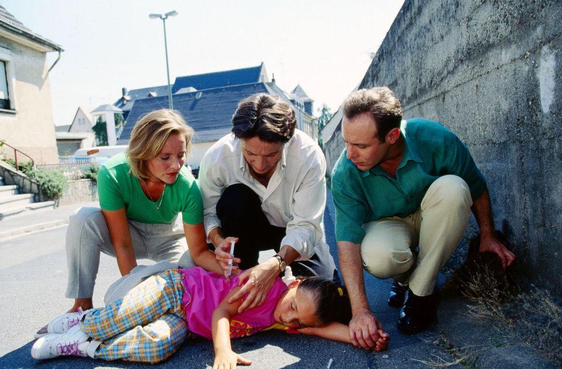 Alina (Paula Schramm, vorne) ist aus dem Kinderkrankenhaus ausgebüxt und hat ihren geliebten Dackel Cappuccino von Alberts Weingut entführt. Doch ku... - Bildquelle: Krajewsky Sat.1